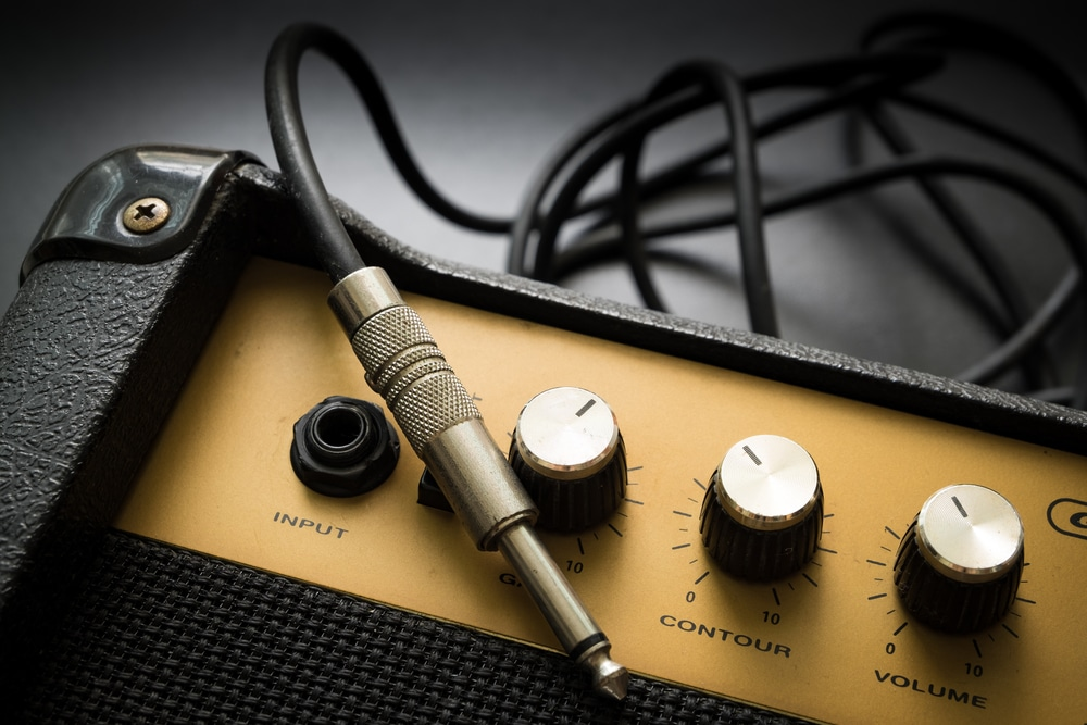 bass guitar amp with cable